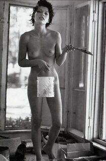 Полностью голая Мила Йовович в пикантном фотосете