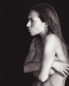 4. Горячая фотосессия с голой Серафимой Низовской (грудь)