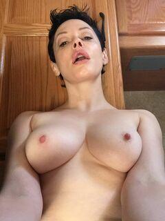 Слитые фото Роуз Макгоуэн (голая грудь, попа и киска)