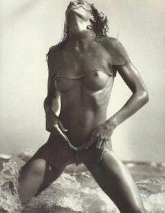Полностью голая Конни Нильсен в горячем фотосете