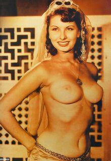 Полностью голая Софи Лорен на фото из журналов (грудь, попа, киска)