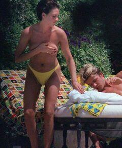 4. Горячие фото Виктории Бекхэм в купальнике (грудь, ножки)