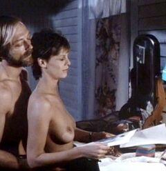 Кадры с голой Джейми Ли Кертис из фильмов (грудь)