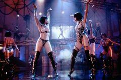Полностью голая Джина Гершон в кинофильме «Шоугёлз» (1995)