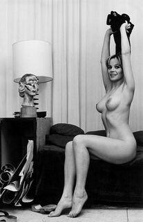 Голая Лаура Антонелли на горячих фото (грудь, попа)