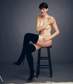 Горячие фото с голой Энн Хэтэуэй из журнала