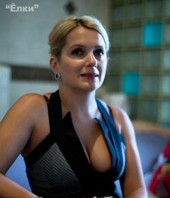 Эротические засветы груди Марии Порошиной из комедии «Ёлки» (2010)