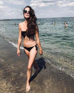 7. Анастасия Чистякова на фото в купальнике