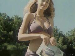 Татьяна Лютаева в купальнике в фильме «Дама с попугаем» (1988)